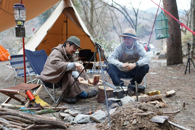 道志の森キャンプ場での1枚。渡辺さんが火をおこし、料理は千秋さんが担当することが多いそう(写真/千秋さん提供)