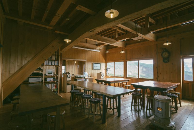 樹齢400年のコメツガの梁が見守る食堂