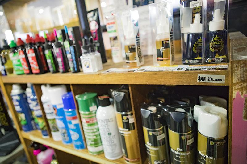商品の陳列に使われている棚はすべて値札が貼られていて、購入OK