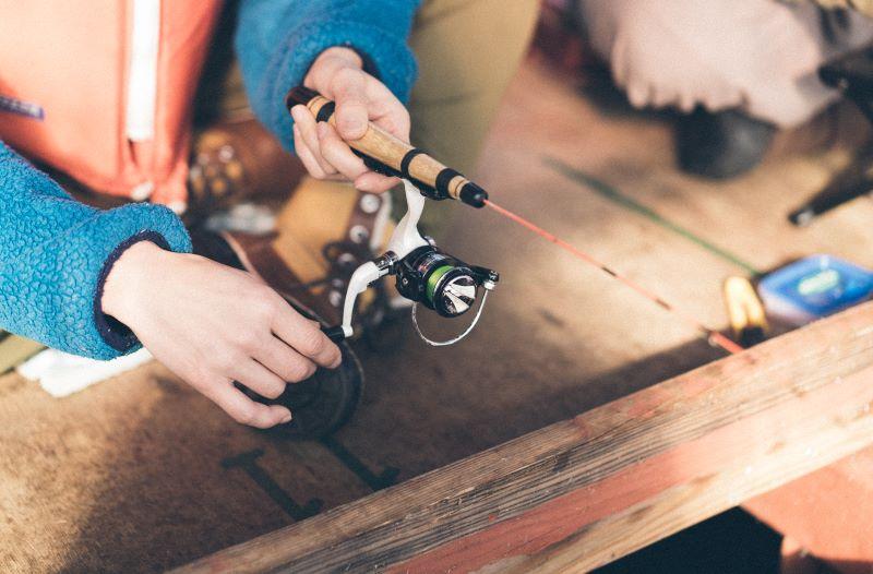針金を起こして糸を垂らす。重りが底に着いたところで少し巻いて浮かせるのがコツ