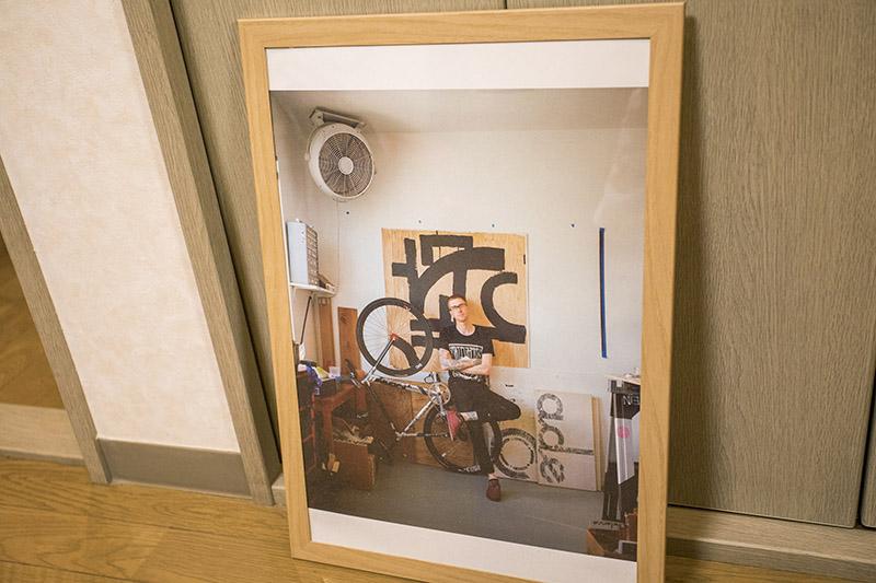 「CADENCE」というブランドの創始者ダスティンクラインが写るポスター。自転車の魅力にどっぷりとハマったキッカケの人だそう。