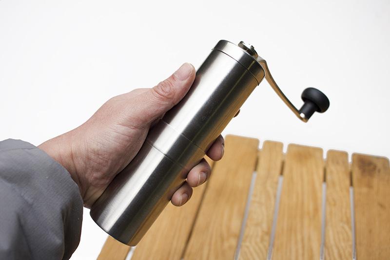 豆を挽くのに使っているのは、ポーレックスのコーヒーミル。以前はこれ一択でしたが、最近では色々なメーカーから携帯用のミルが出ていますので、好みで選べば良いでしょう。