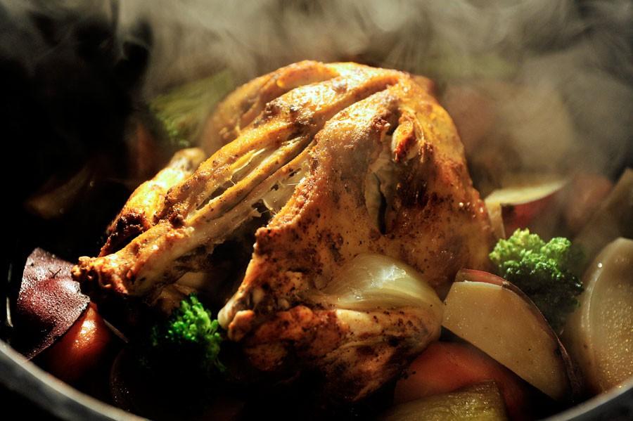 調理された料理は、目の前でダッチオーブンの蓋を開けられるパフォーマンスも