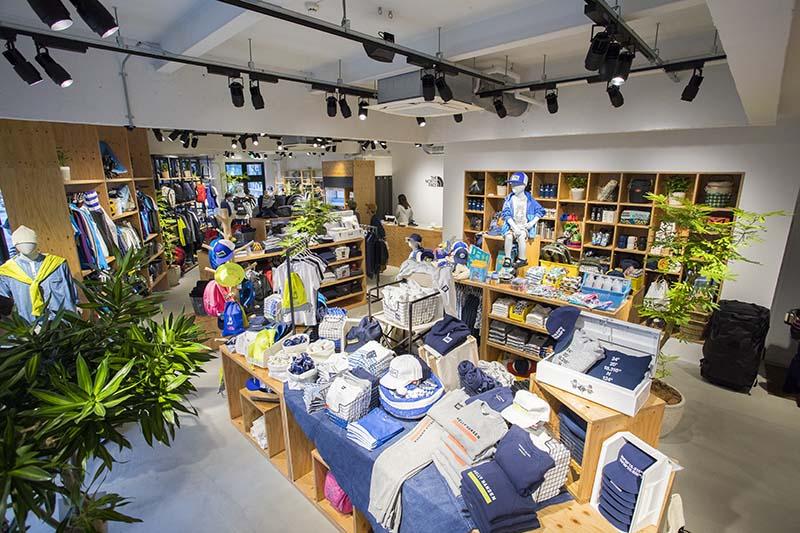 店内はワンフロアで、ザ・ノース・フェイスとヘリーハンセンのウェアやギアが揃う