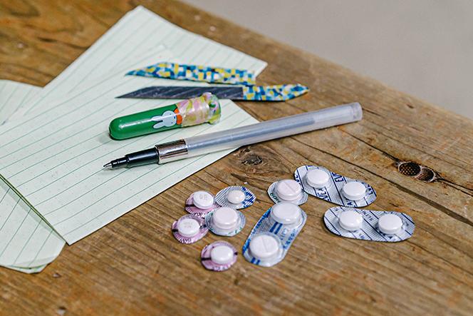 手持ちナイフ、ペン、薬など細部まで軽量化を意識