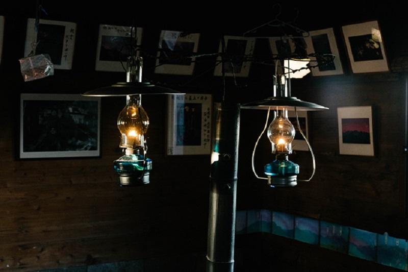 日が暮れれば、灯りはランプだけ。