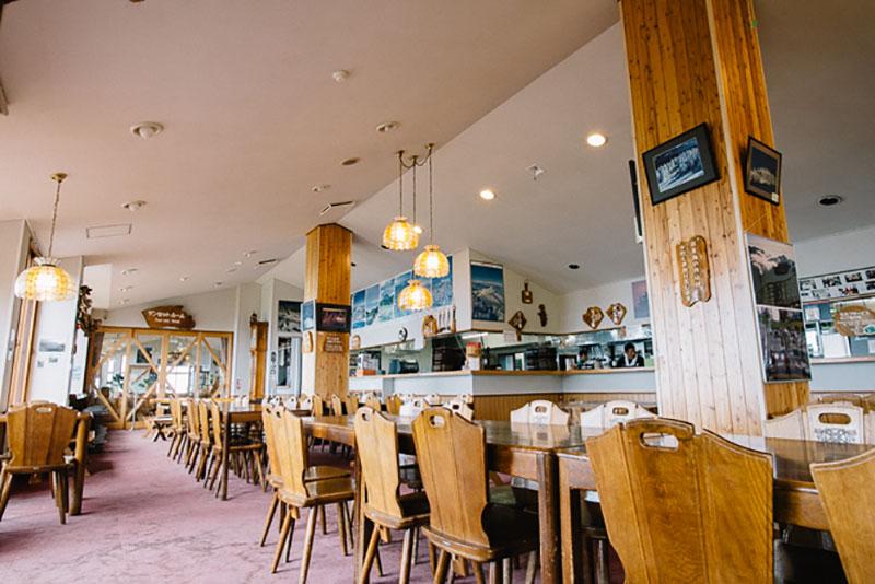 広々とした食堂。購入したパンをその場で食べられる