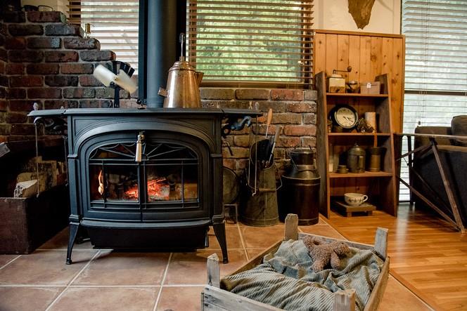 薪ストーブの周辺はまるで山小屋にいるような感覚になる
