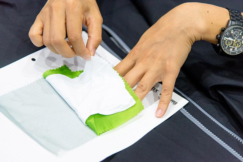 真ん中の白い布が『GORE-TEX® メンブレン』と呼ばれる部分。これ1枚で、防水・透湿・防風 の三大機能を兼ね備える