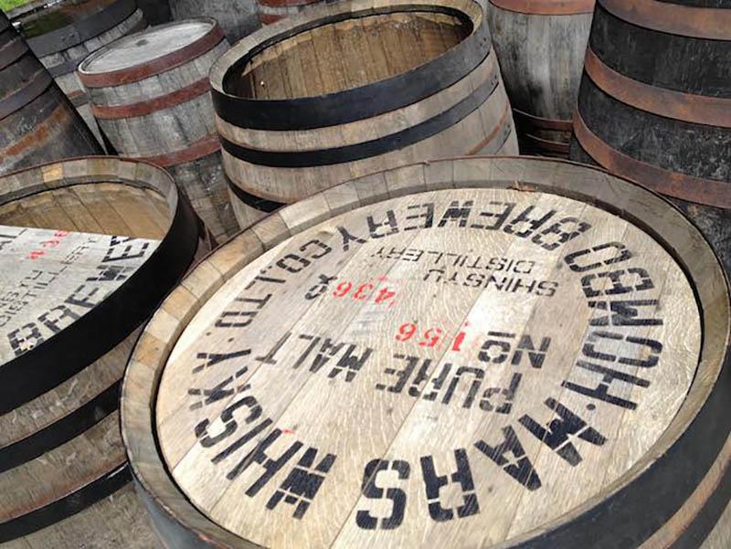 施設内にはウイスキー熟成用の古樽がずらり。これで焚き火を楽しむなんて、なんという幸運!(写真:SOTONOMO)