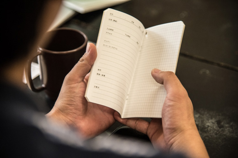 手のひらサイズの仕上がり。見開き2ページに1つの山行記録を書き込む仕様。