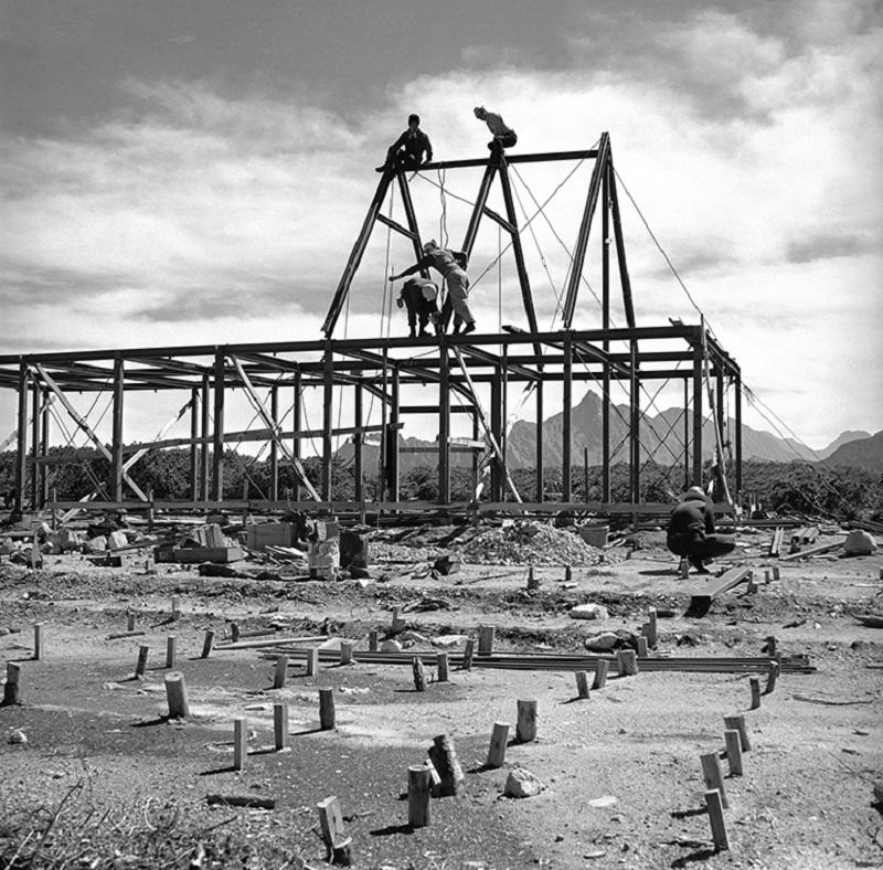 建設中の三俣山荘。すべての資材は伊藤新道を使って歩荷で運ばれた(提供写真)