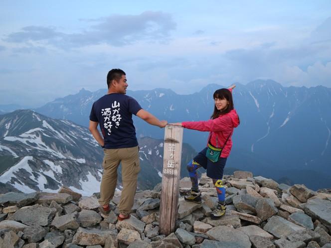二人で登った笠ヶ岳での記念写真(写真提供:真由美さん)