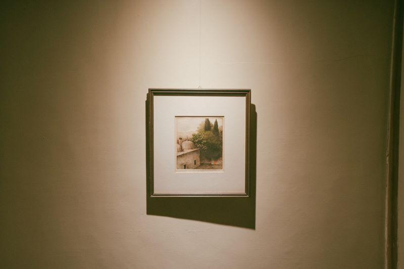 自宅の床の間に飾られているのはパリ時代に深く感銘を受けたSafet zecの絵(後年、セルビアで購入)