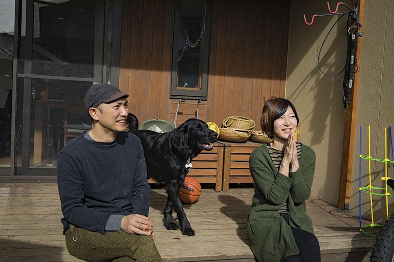 お話をうかがった宮澤健さんとりょうさん。フラットコーテッドレトリバーのルークを飼いはじめたことで、一緒に登れる山に行くことも増えたそう