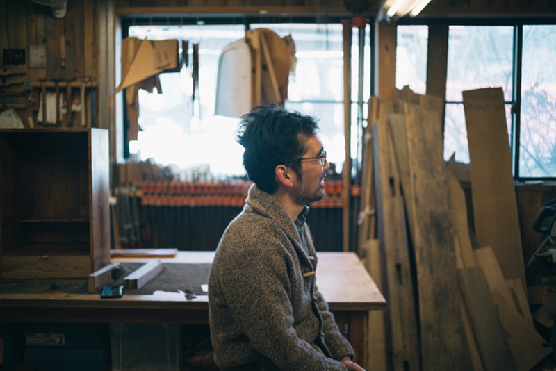 羽尾芳郎。1978年神奈川県生まれ。2007年より『家具屋 椿堂』として家具製作をスタート。