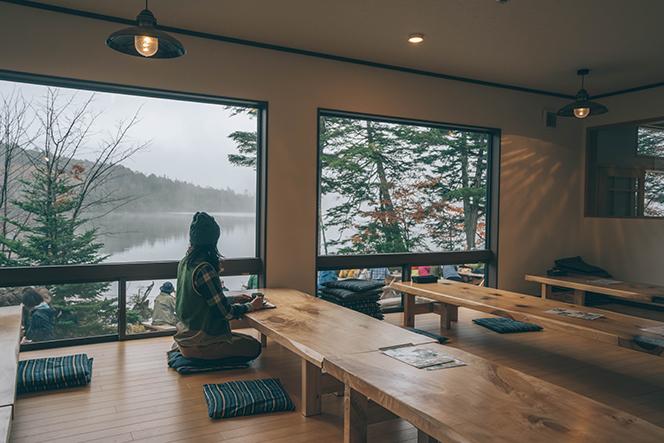 食堂のテーブルには、先代が廣茂さんの生誕記念に植樹したポプラが使われている