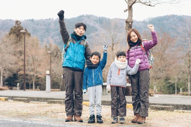 今回、親子登山に初挑戦した笹井さん一家。左から和也さん、一平くん(7歳)、こまきちゃん(9歳)、真希さん