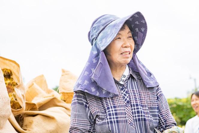 「ひまわりの会」5代目代表の矢沢あさよさん。普段はズッキーニやトウモロコシを作っている農家さん。