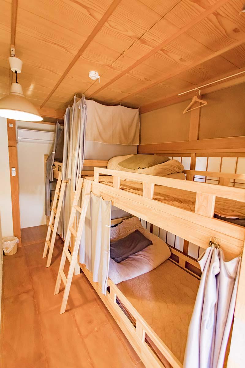 ドミトリーの様子。無垢で仕立てた二段ベッドは快眠できそう。個室とキャンプサイトもあり