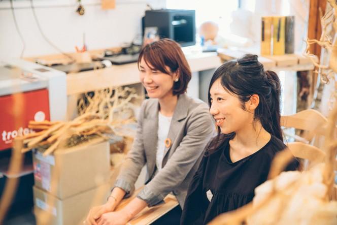 (左) 北海道出身で、結婚を機にご主人の出身地である飛騨に移住した盤所さん (右)飛騨市で地域おこし協力隊として勤務する中富さん