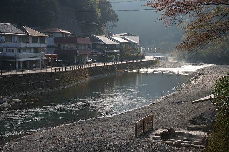 源泉が湧き出る川湯温泉。川辺には公衆浴場も(画像右下)