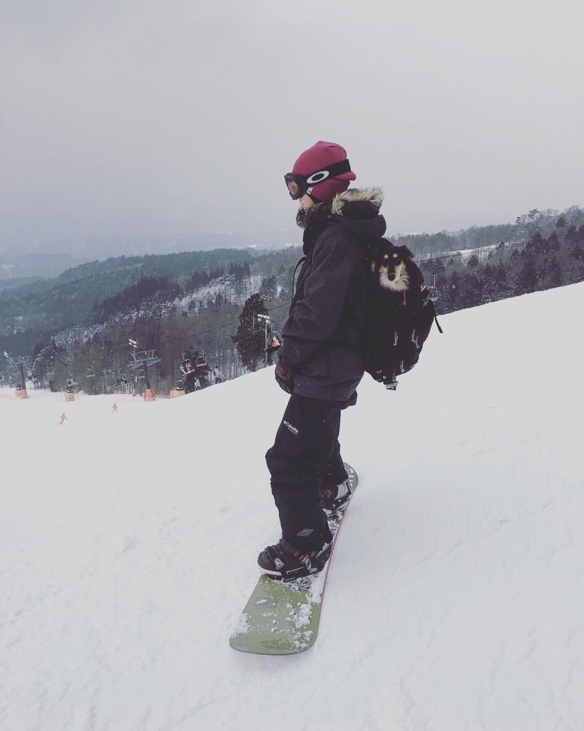 スノーボードの時の様子、背中には花ちゃんが!(提供:瑠美さん)