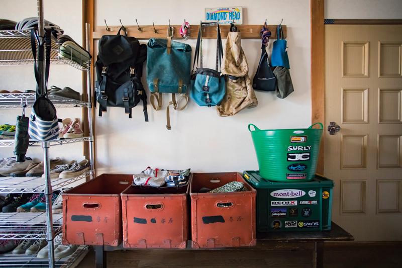 玄関まわりもすっきり。古道具と新しい道具とが見事にマッチ