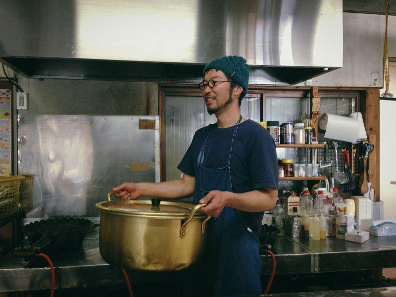 剱御前小舎の厨房で(提供写真)
