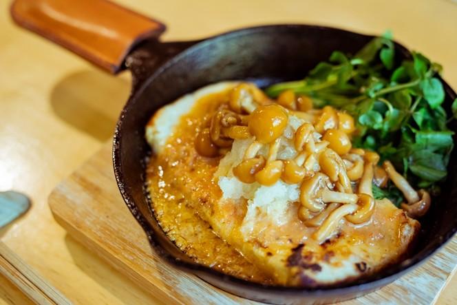高尾の豆腐を使った「とうふステーキなめこおろし」¥450。アツアツのスキレットでいただきます