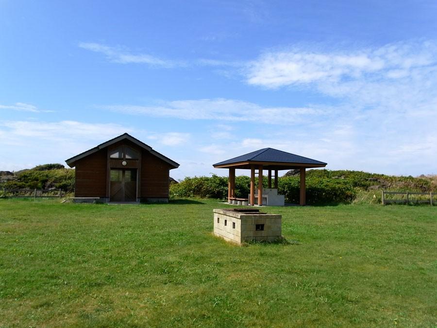 キャンプ場もあります。コインランドリー、炊事場、ゴミ捨て場があってなんと300円ほど。徒歩5分ほどに温泉もある!