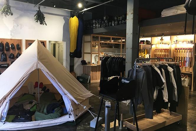 広々とした店内では人気のテント「アスガルド」がお出迎え