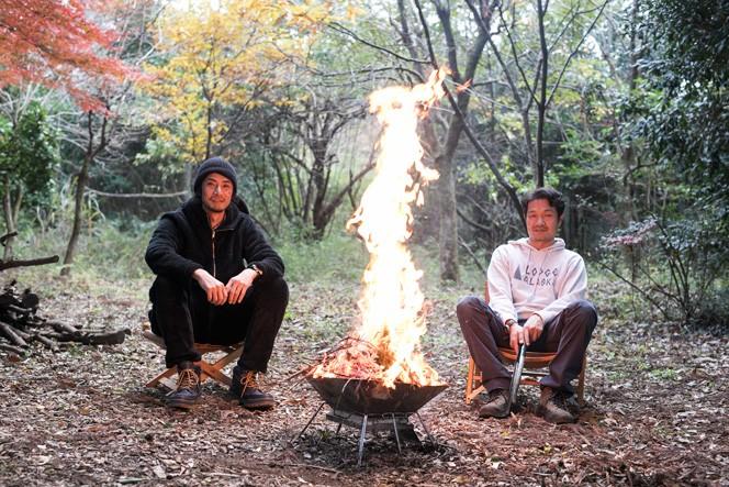 BONFIRE FREAKS(焚き火バカ)のカメラマン見城了(右)、アウトドアプランナー猪野正哉(左)