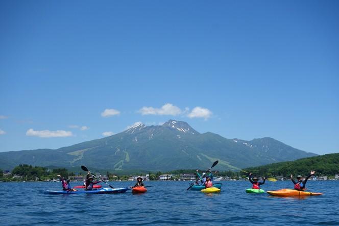 サマーシーズンの野尻湖では、雄大な妙高山を間近に望みながらカヤックが楽しめる(画像提供/LAMP)