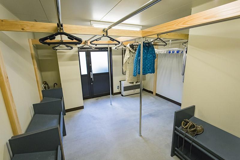 乾燥室も広い間取りにアップデート。登山靴を置けるラックも便利だ