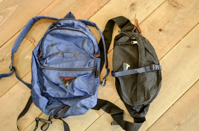 (左)小物を入れるため、上部に小型のジッパーポケットを縫い付け、メインジッパー部分の両サイドには革のベロをプラス。(右)ウエストバッグにナイロンテープを縫い付け、上着などを挟めるように改造