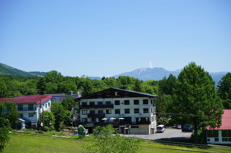 ロッジの前がゲレンデに!夏はハイキング、冬はウィンタースポーツが楽しめます
