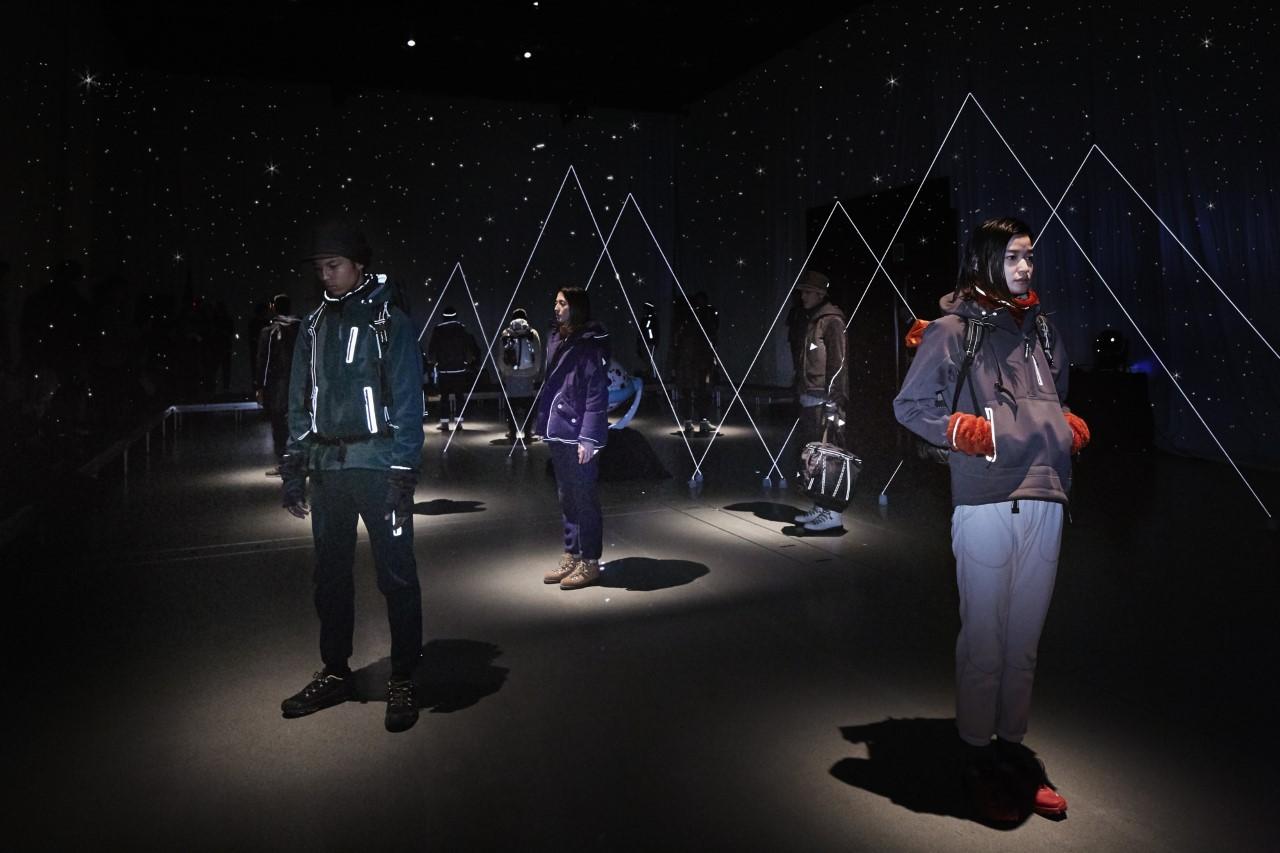 ヒカリエで行ったインスタレーションの様子。大きいプラネタリウムを持ち込み、室内に星を撒いてリフレクターの糸で三角の山を作った(写真:アンドワンダー提供)