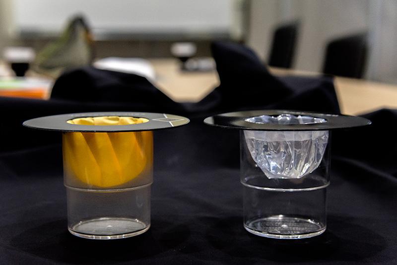 左)GORE-TEX® ファブリクス 右)一般的なビニール素材