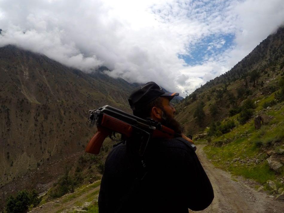 パキスタン・フェアリーメドウ。ここでの単独トレッキングは禁止。銃を持った警察官が同行した