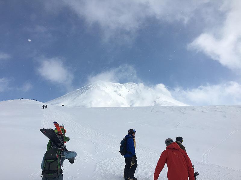 天候が良ければ雄大な旭岳の全貌が!景色を楽しみたければ山頂方面にハイクアップするのがオススメです。