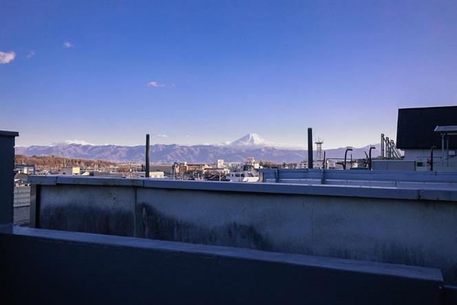 富士山と八ヶ岳を一望できる絶景の屋上。宿泊者は自由に行き来できる(画像提供/野田さん)