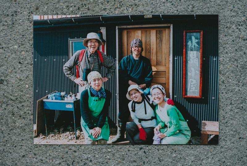水晶小屋にて。前列左が奥さんの敦子さん(提供写真)