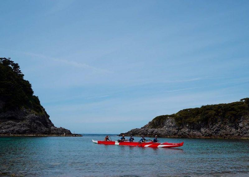 〈*1〉アウトリガーカヌー…安定性を増すために、アウトリガーと呼ばれるウキが張り出した形状のカヌーのこと。近年はスポーツとしても発展、日本でもアウトリガーカヌーを楽しむクラブが各地で発足している
