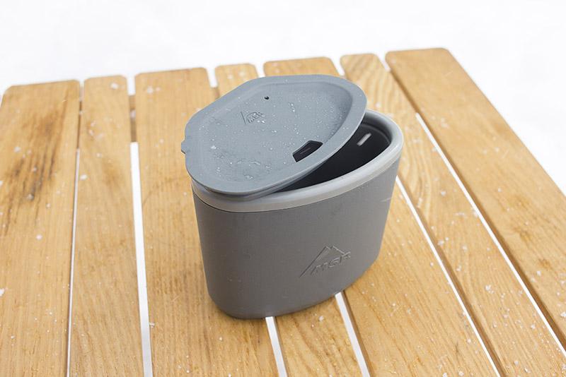 ユニークな形状のMSR「断熱マグ」。こちらはもともと軍用に開発された内容器がポリプロピレン製のもの。ほかに内容器がステンレスのタイプもあります。