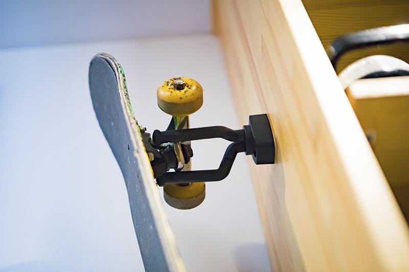 スケートボードやスノーボードの収納には「ギターハンガー」が大活躍。600円ほどで手に入るそう