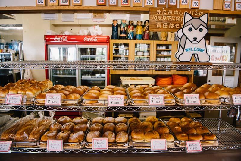 玄関を入ってすぐのところにパンが勢ぞろい。狙い目はオープンの直前・直後!