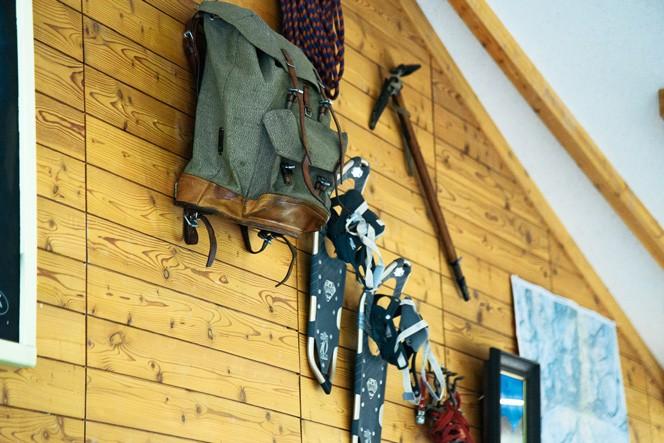 店内の壁には、石川さんが海外で使用していたギアがディスプレイされている