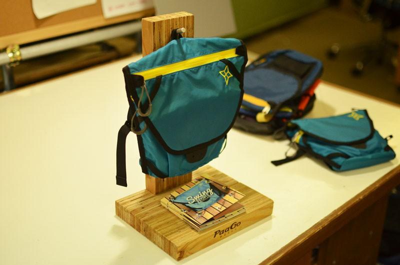 「スイング」の専用什器もスタッフでDIY。木材をカットして組み立て、展示先で怪我が起きないよう角も落とす。製品とミニカタログ(これも自らプロデュース)を置けるようにし、高いアイキャッチを狙う