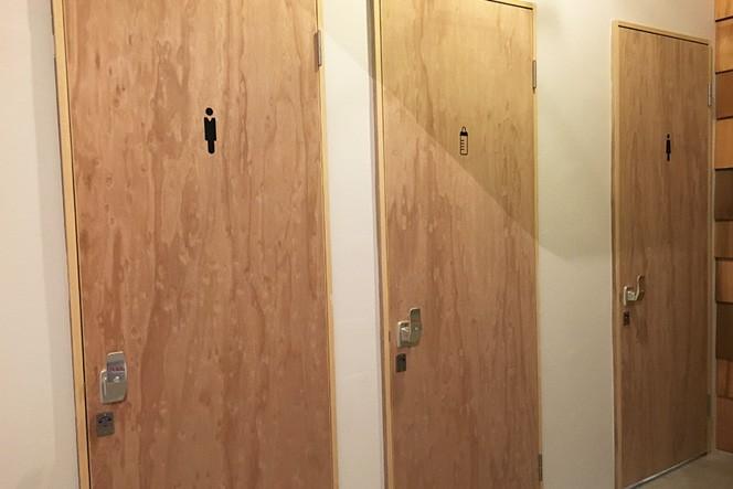 男女の化粧室の間には哺乳瓶のマークの扉が